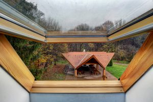 Nagy méretű kerti pavilon az erdei iskola udvarán, a tetőtéri ablak nyitott állapotában fotózva